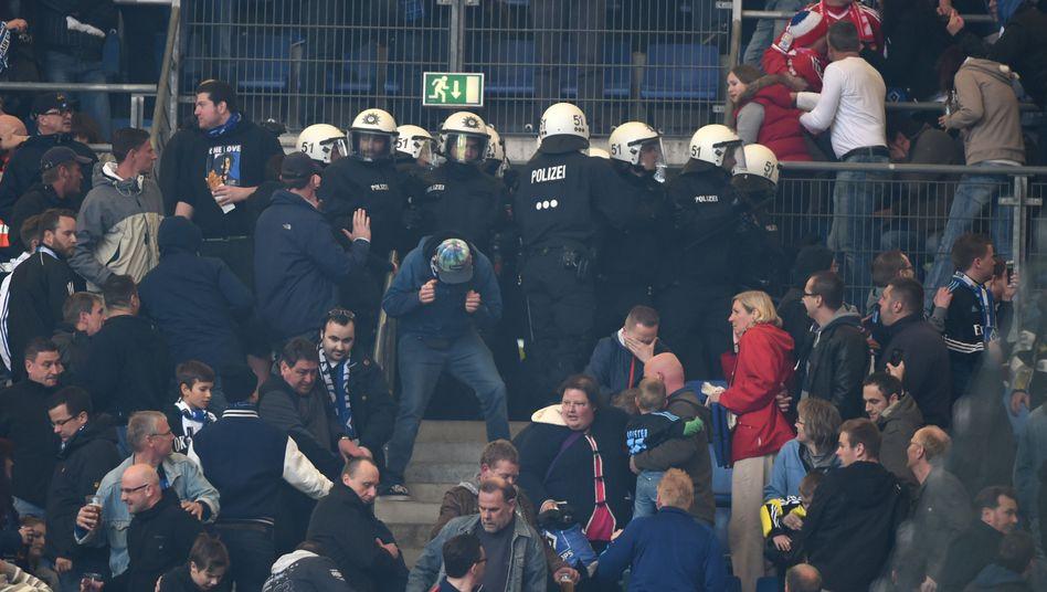 Polizei im HSV-Block: Vorgehen gegen Transparente