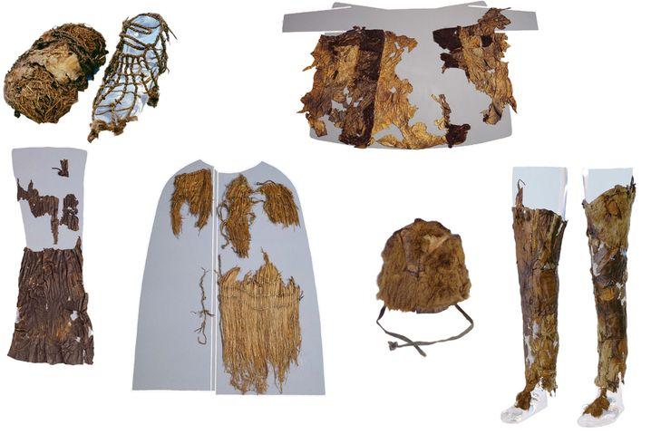 Ötzis Kleidung (von oben links nach rechts unten): Schuhe mit Graseinlage und Lederbezug, Ledermantel, Lendenschurz aus Leder, Mantel aus Gras, Fellmütze, Lederleggins