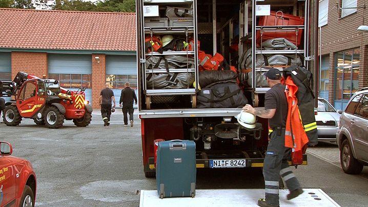 Feuerwehrleute aus dem Kreis Nienburg vor der Abfahrt