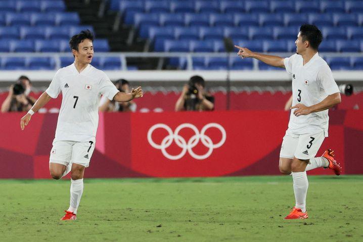 Toptalent Takefusa Kubo (l.) feiert seinen Führungstreffer gegen Frankreich mit Yuta Nakayama