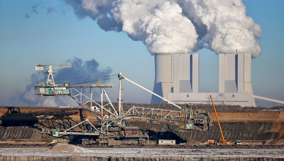 Tagebau Vereinigtes Schleenhain bei Pödelwitz in Sachsen vor den Kühltürmen des Braunkohlekraftwerks Lippendorf