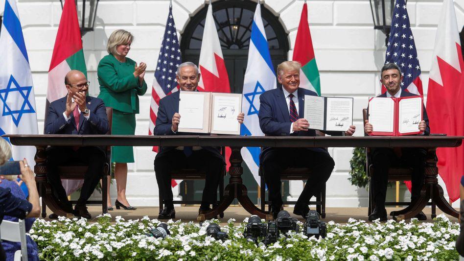 """Bahrains Außenminister Abdullatif al-Sajani, Israels Premier Benjamin Netanyahu, US-Präsident Donald Trump und VAE-Außenminister Abdullah bin Sajid: """"Unglaublicher Tag für die Welt"""""""