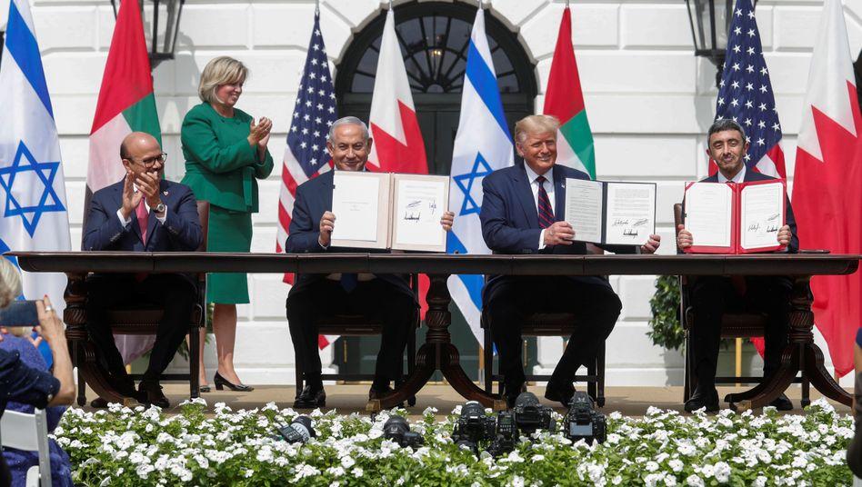 "Bahrains Au??enminister Abdullatif al-Sajani, Israels Premier Benjamin Netanyahu, US-Pr??sident Donald Trump und VAE-Au??enminister Abdullah bin Sajid: ""Unglaublicher Tag f??r die Welt"""
