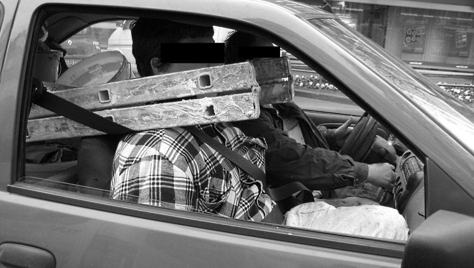 Polizeifoto aus Aachen: Zwei Handwerker im riskant beladenen Auto