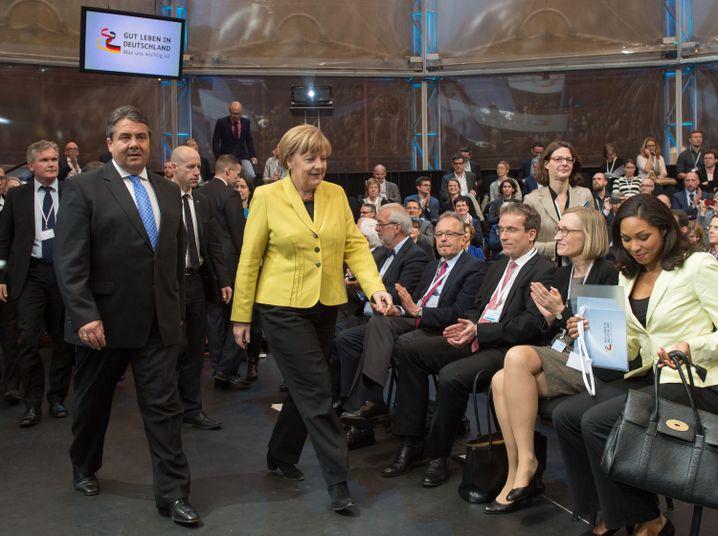 Gabriel, Merkel im Berliner Gasometer: Seite an Seite den Bürgerwillen erforschen