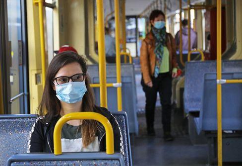 In dieser Straßenbahn in Köln sind bereits Maskenträgerinnen anzutreffen