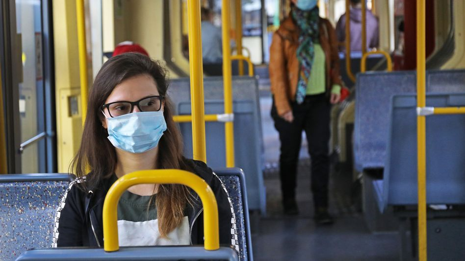 Straßenbahn-Passagiere mit Maske in Köln (Archivbild aus April 2020): Ohne Mundschutz wird es teuer