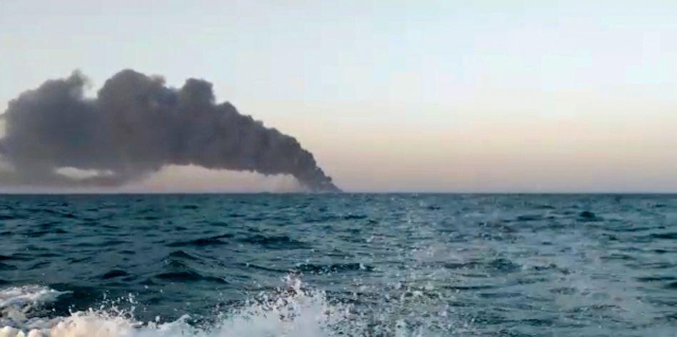 Dieses Standbild aus einem Video, das am Mittwoch von Asriran.com veröffentlicht wurde, zeigt schwarzen Rauch, der von dem iranischen Marine-Unterstützungsschiff »Kharg« im Golf von Oman aufsteigt