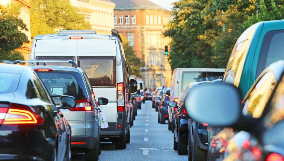 Stau in Hamburg: Benzin und Diesel würden durch eine höhere CO₂-Abgabe einige Cent teurer