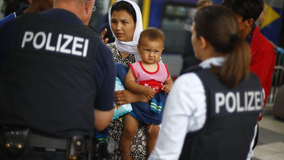 Afghanische Familie bei der Ankunft im bayerischen Rosenheim, Sommer 2015: Steigende Zahlen
