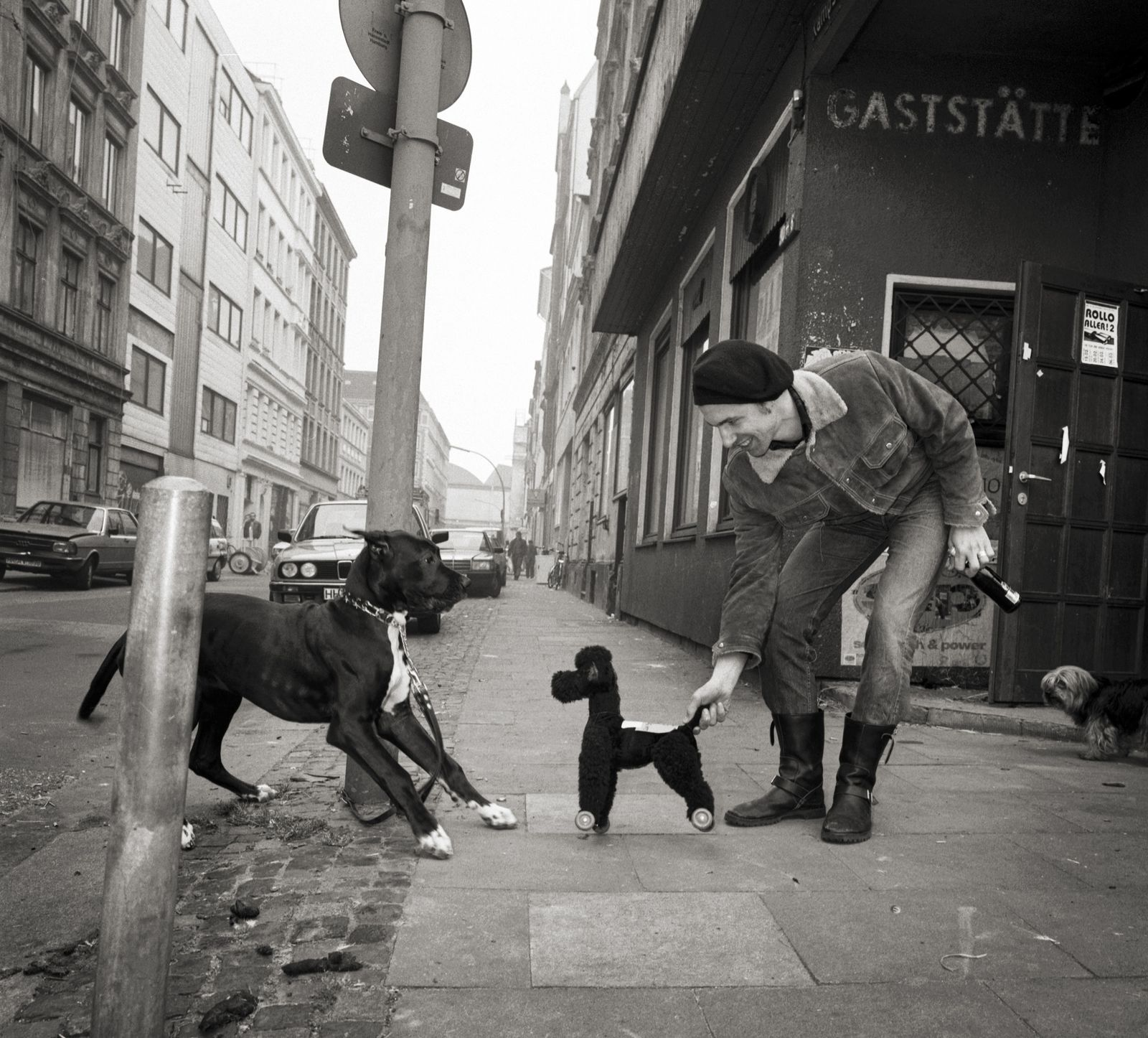 1993 Hamburg. Rocko Schamoni vor dem Eckhaus Kampstrasse/Schanzenstrasse
