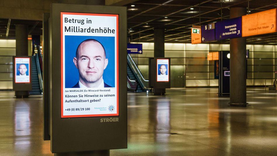 Fahndungsplakat nach Wirecard-Ex-Vorstand Jan Marsalek im Bahnhof am Potsdamer Platz in Berlin