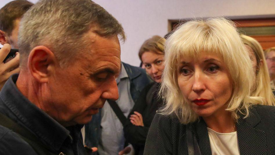Anwältin Ljudmila Kazak im Gespräch mit dem Vater von Oppositionsführerin Marija Kolesnikowa bei einer Anhörung vor einem Minsker Gericht