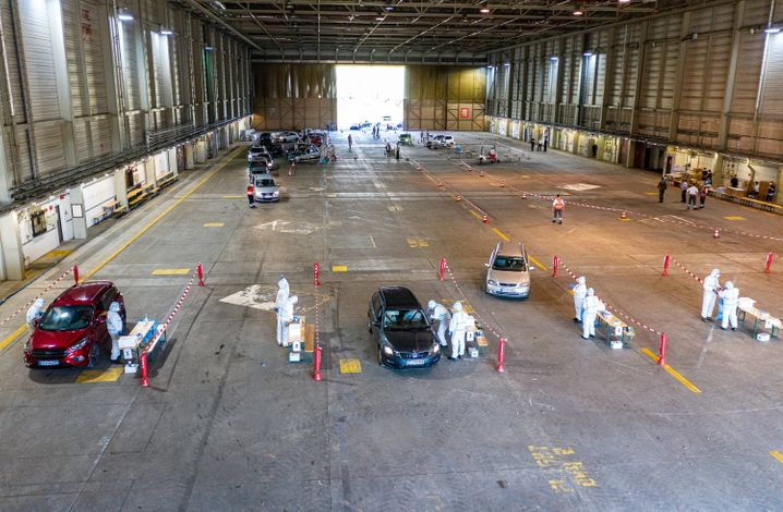 Corona-Abstriche im Hubschrauber-Hangar
