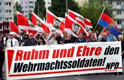 """Beliebter Spruch der rechtsextremen Szene, NPD-Demo (Archiv): """"Ruhm und Ehre ... """""""