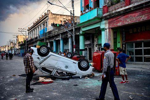 Umgestürztes Polizeiauto in Havanna