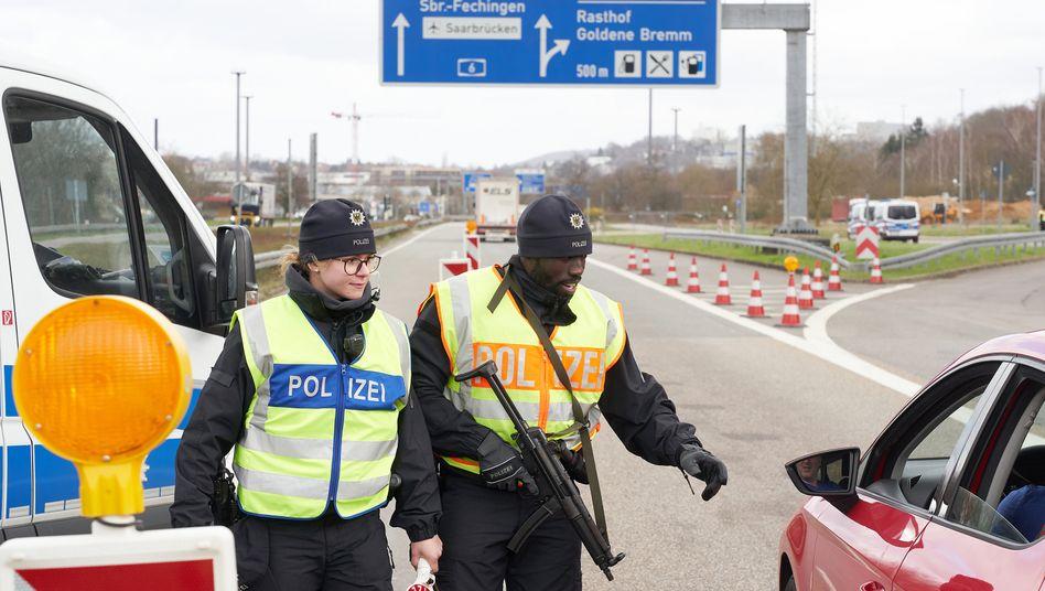 Saarland: Am Grenzübergang zu Frankreich kontrollieren Polizeibeamte stichprobenartig den aus Frankreich einfahrenden Verkehr