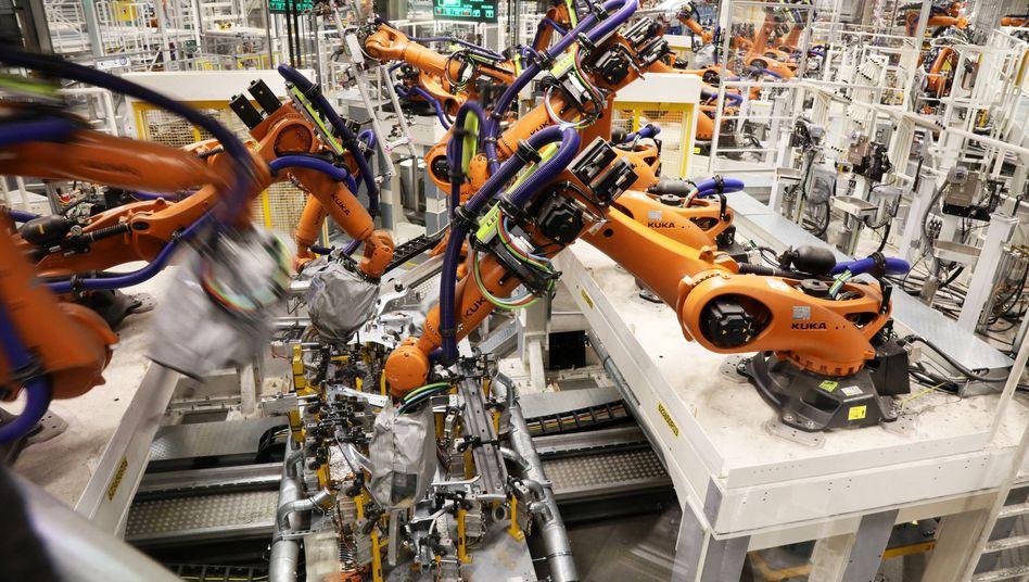 Industrieroboter im VW-Werk in Zwickau