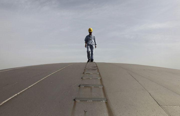Arbeiter einer Raffinerie in China (Archivbild)