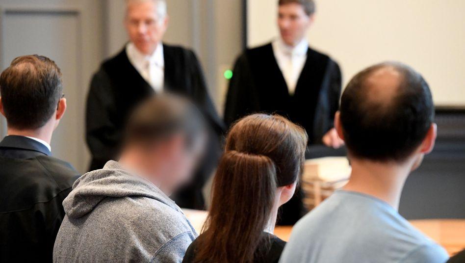 Die Angeklagten (2.v.l. und r.) im Landgericht Kiel