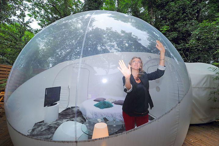 Unglaublich, aber in der Vergrößerung sichtbar: Mit manchen Tea Bubbles werden sogar Frauen entsorgt.