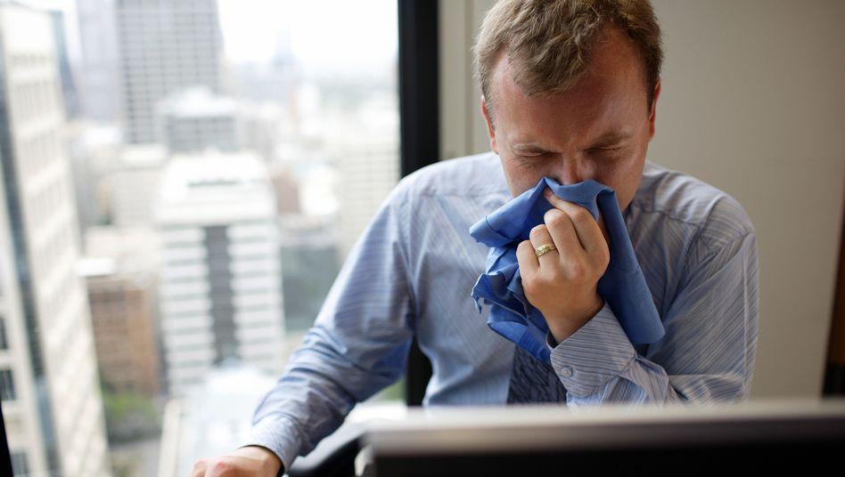 Arbeiten trotz Erkältung: Viele Erwerbstätige schleppen sich krank zum Job