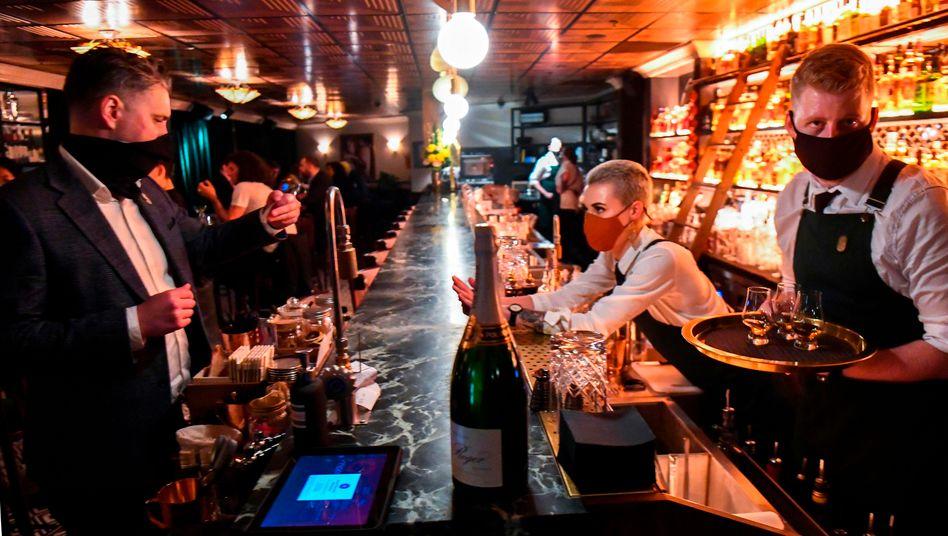 Menschen feiern in einer Bar in Melbourne das Ende des Lockdowns