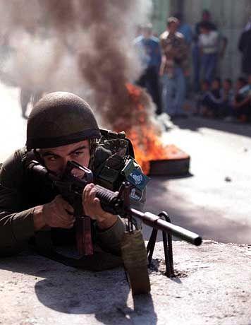 Israelischer Soldat beim Abfeuern von Gummigeschossen: Sand soll Demonstranten stoppen