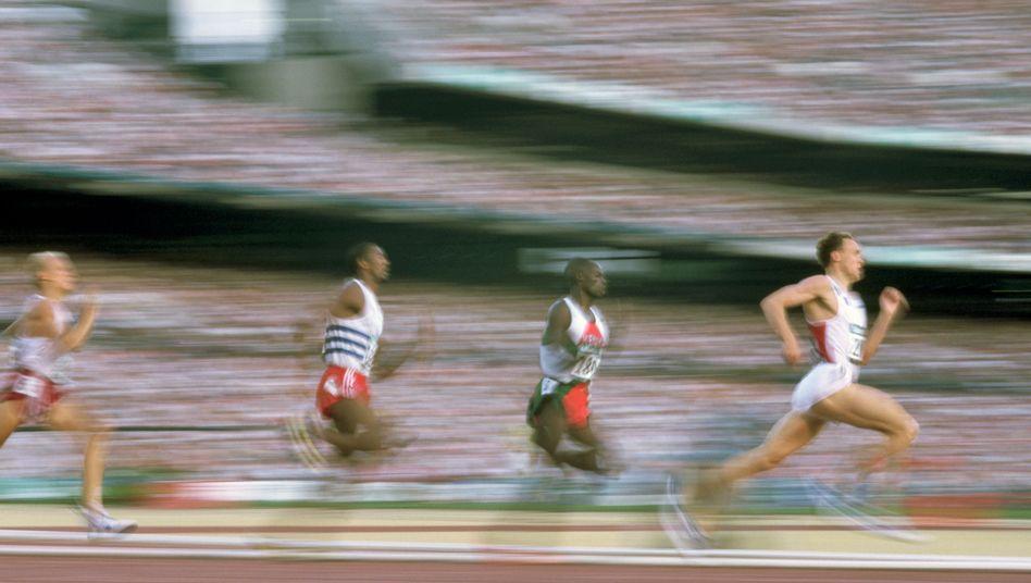 Sprinter beim Wettkampf: Beim HIIT wechseln sich schnelle Sprints mit leichtem Laufen ab