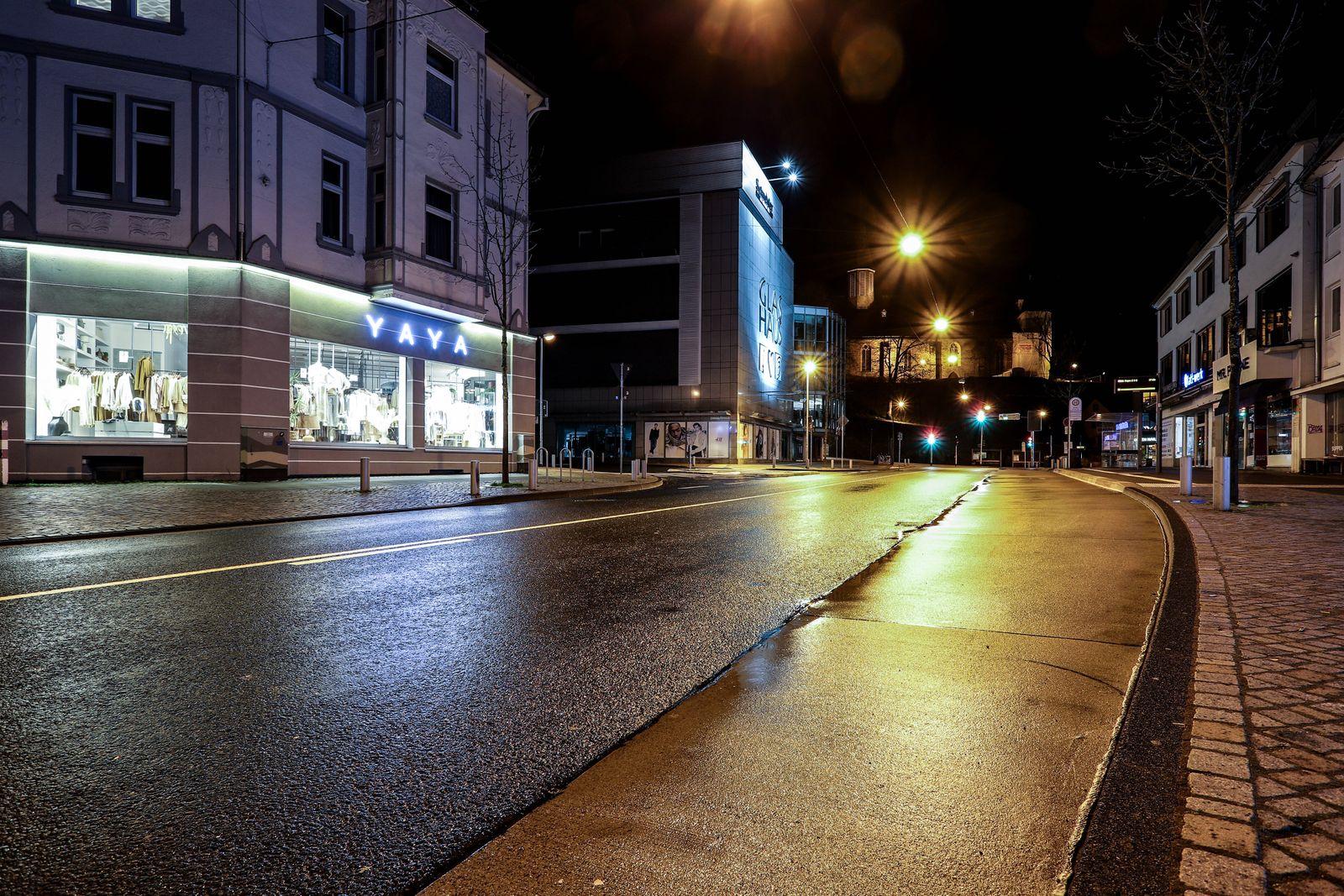 Der erste Abend der Ausgangsbeschraenkungen in Siegen, diese gilt von 21:00 Uhr - 05:00 Uhr, Blick zum Koelner (Kölner)