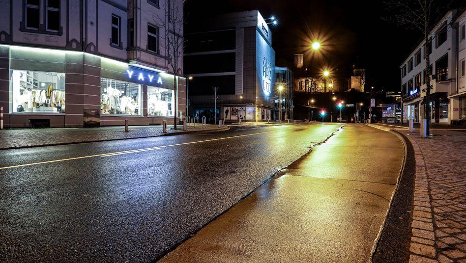 Leere Straße in Siegen während nächtlicher Ausgangssperre