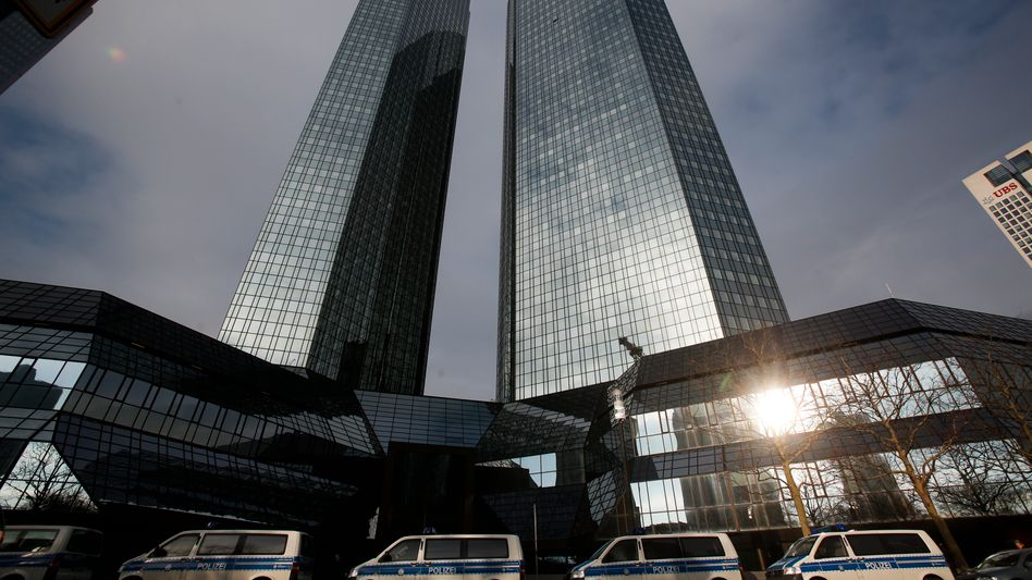 Polizei vor der Zentrale der Deutschen Bank: Haftbefehle gegen fünf Mitarbeiter