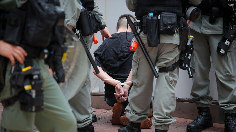 Hongkong: Die Polizei hält einen Demonstranten fest, der in Causeway Bay protestierte