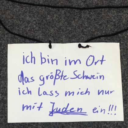 """Sichergestelltes Schild aus der Schule in Sachsen-Anhalt: """"Quittung für die unglaubliche Nachsicht und Schwäche gegenüber der Gefahr von rechts"""""""