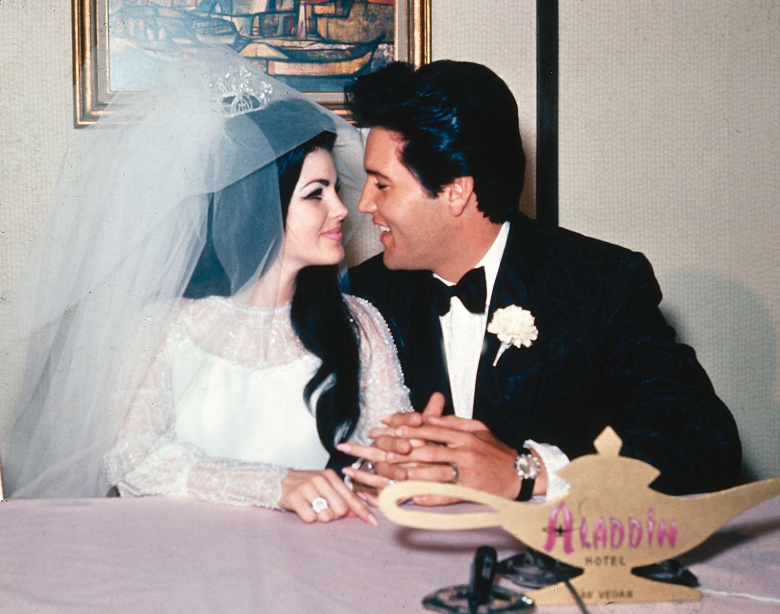 Elvis Presley - NEWLYWEDS PRICILLA ELVIS PRESLEY