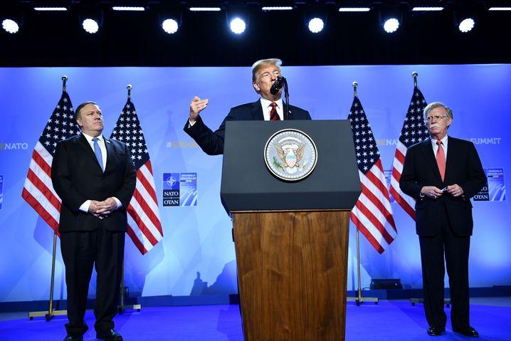 Trump mit Außenminister Mike Pompeo und Sicherheitsberater John Bolton