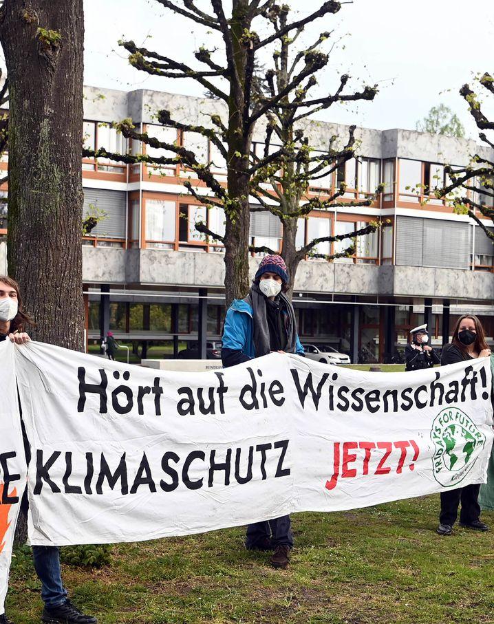 Klimaaktivistinnen und -aktivisten von Fridays for Future demonstrieren vor dem Bundesverfassungsgericht in Karlsruhe am Tag der Urteilsverkündung