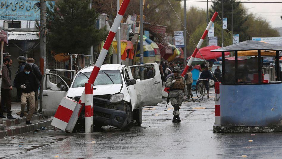 Szene nach einem Bombenanschlag in Kabul: Eigentlich sollten die Taliban ihre Gewalt nach dem Friedensabkommen reduzieren - doch die Anschläge gehen weiter