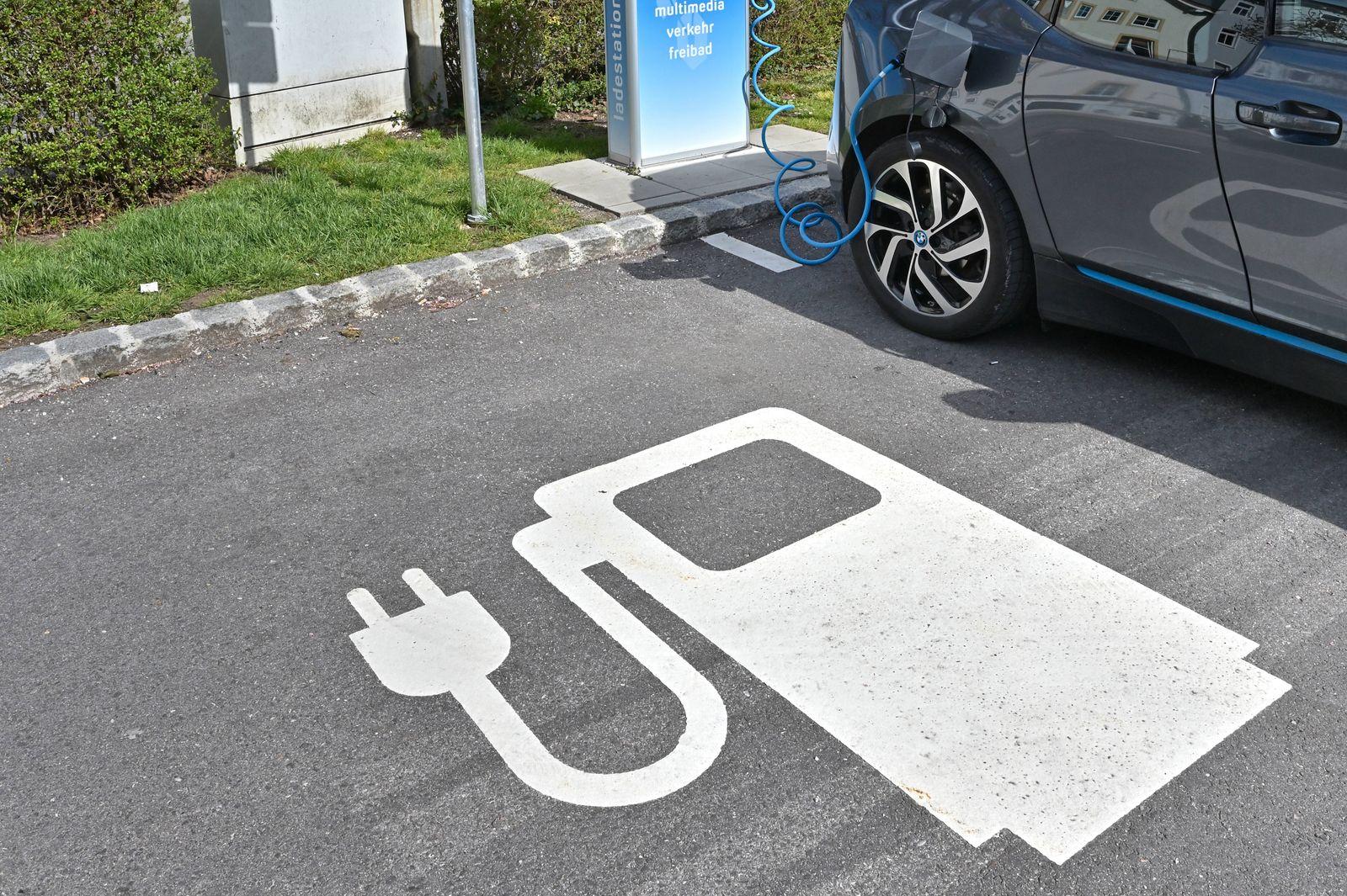 E-Auto Ladestation. Piktogramm: Ladestation für Elektro-Autos. Bad Reichenhall Bayern Deutschland *** E Car Charging Sta