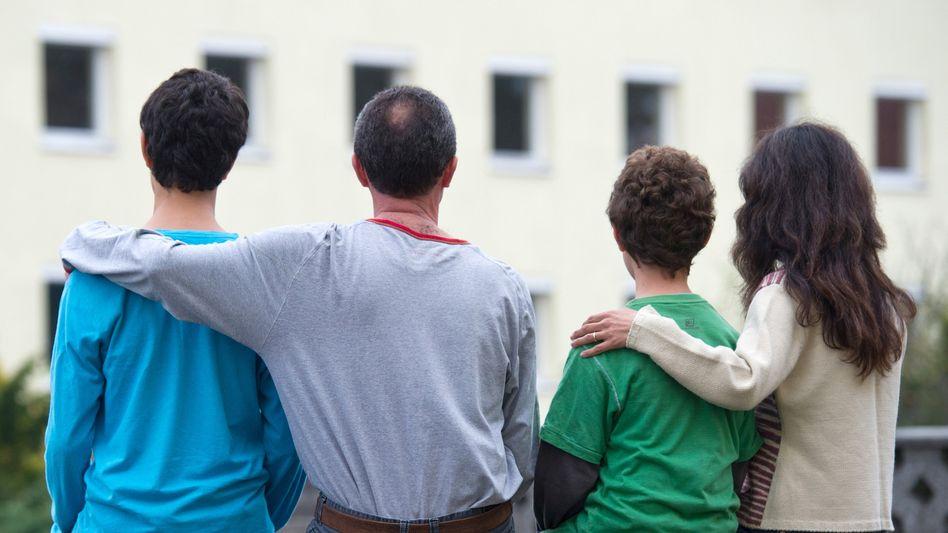 Syrische Familie vor einem Asylbewerberheim in Brandenburg