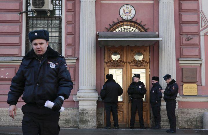 Polizisten vor dem US-Konsulat in Sankt Petersburg