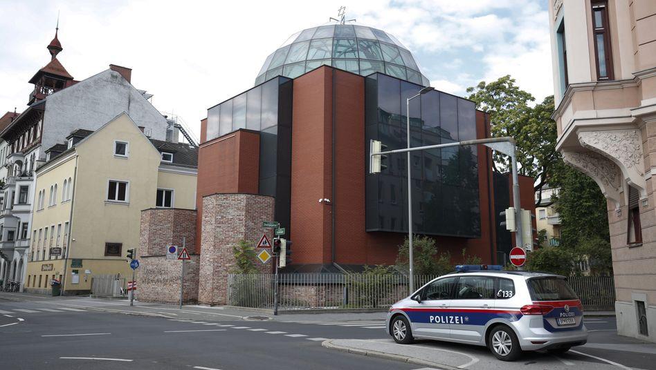 Ein Polizeifahrzeug vor der Synagoge in Graz