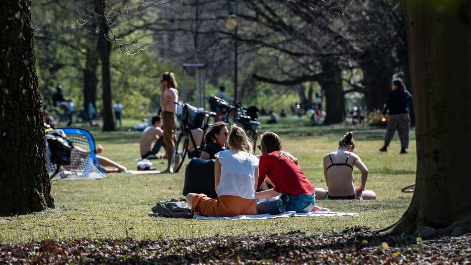 """Bei schönem Wetter ab in den Park: """"Wir sehen auch ein leicht sinkendes Vertrauen in die Notstands-Maßnahmen"""""""