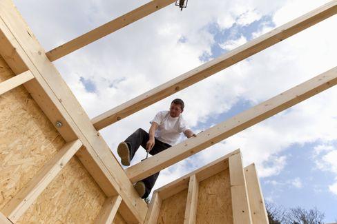 Arbeit an einem Holzhaus (Symbolbild)
