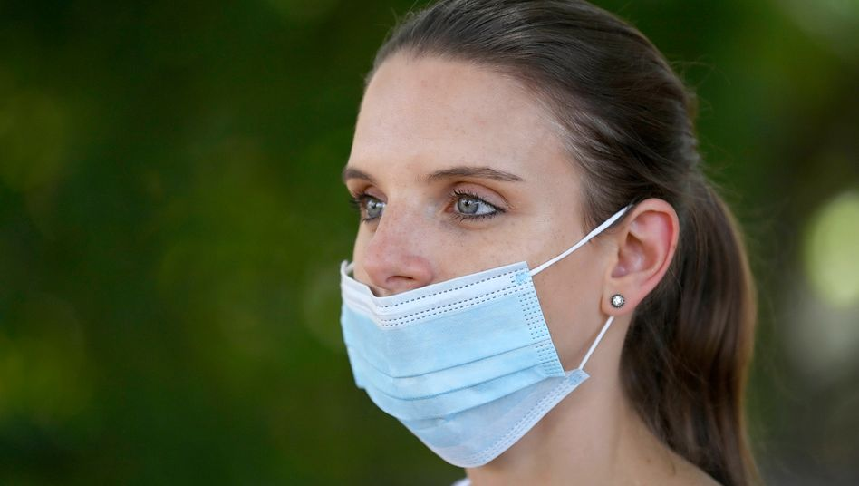 Frau mit Maske über dem Mund: das Feindbild Nacktnase