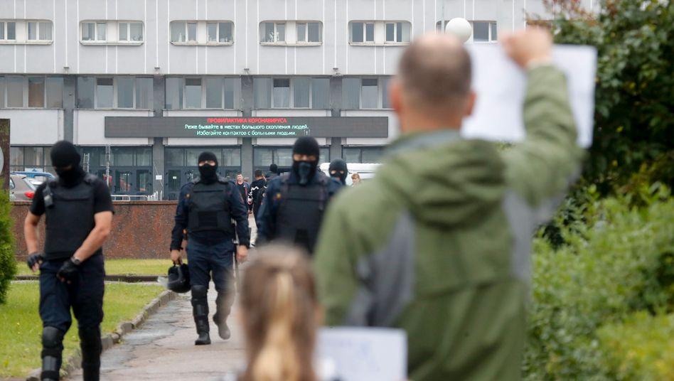 Beamte der Polizeisondereinheit Omon vor der Minsker Traktorfabrik