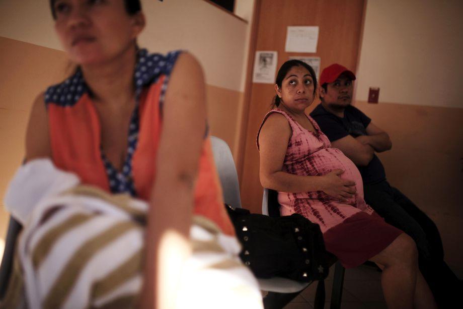 Eine schwangere Frau wartet im Nationalen Frauenkrankenhaus in San Salvador