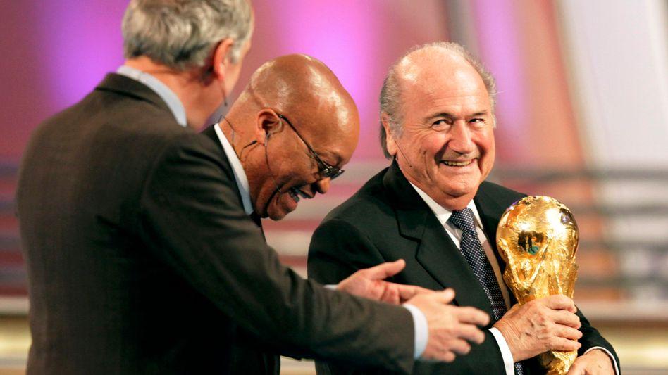 Südafrikas Präsident Zuma, Fifa-Boss Blatter (r.): Ein Schweizer als Held in Südafrika