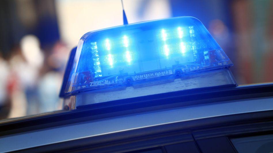Das Blaulicht eines Streifenwagens beim Einsatz in Köln