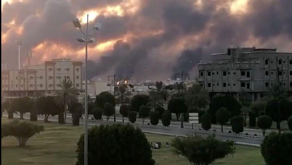 Nach dem Drohnenangriff auf die Ölraffinerie in Abkaik brachen Brände aus - die Anlage ist nach eigenen Angaben die größte der Welt
